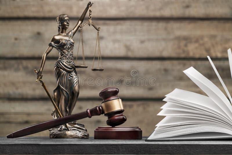 3d概念金黄正义垫座回报缩放比例 免版税图库摄影