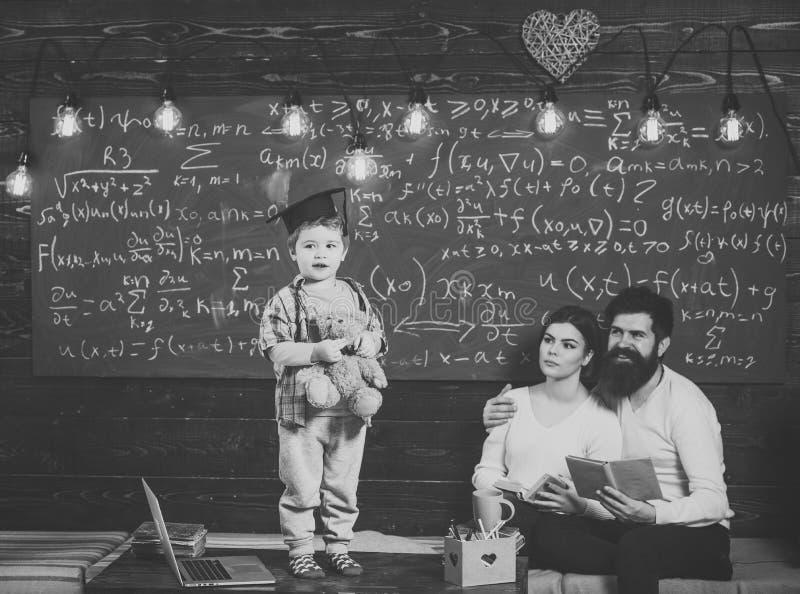 3d概念hdri闪电翻译技术支持 孩子举行玩具熊和执行 当前他的知识的男孩对妈妈和爸爸 聪明的孩子 免版税库存图片