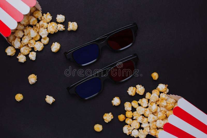 3D玻璃和玉米花与键盘在一张黑背景顶视图 图库摄影