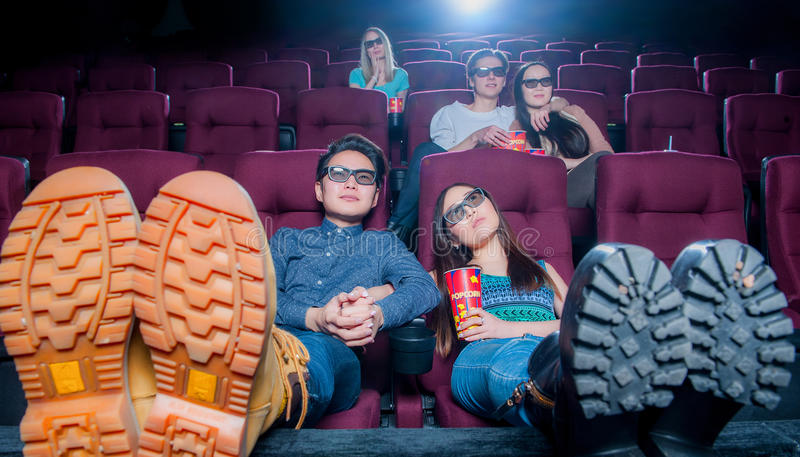 戴3d眼镜的戏院的人们 库存图片
