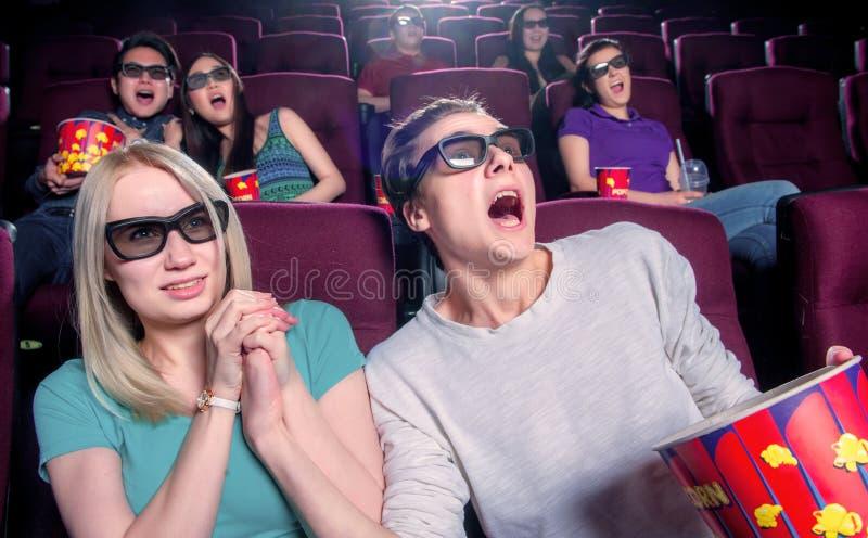 戴3d眼镜的戏院的人们 免版税库存图片