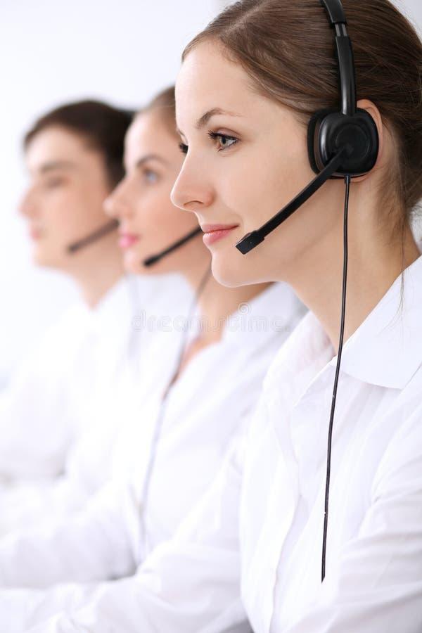 3d背景呼叫中心图象查出白色 在美丽的妇女的焦点耳机的 免版税图库摄影