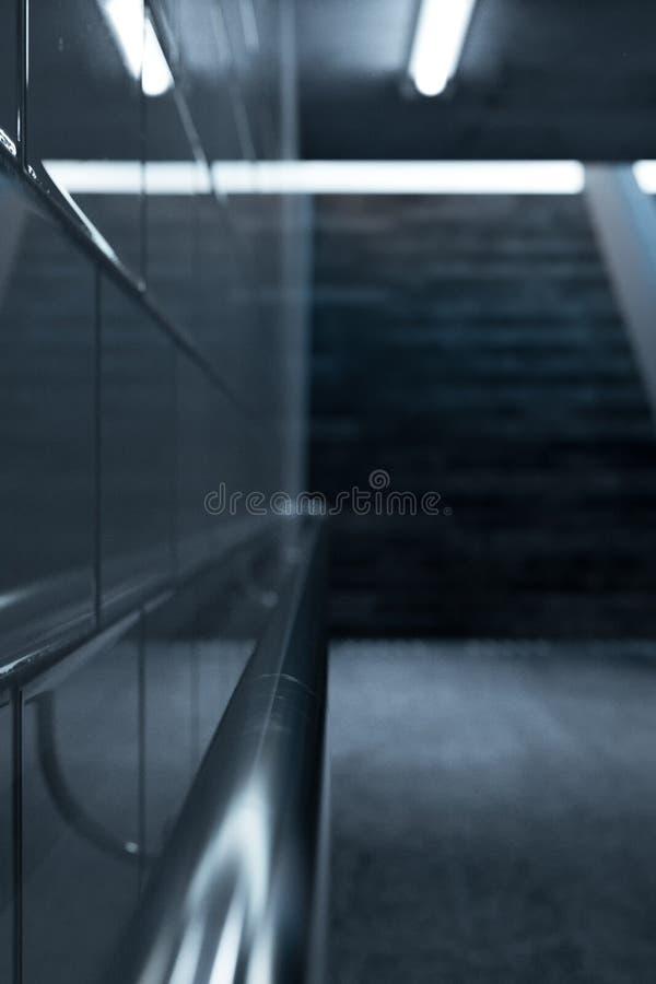 3d金属扶手栏杆翻译在一条地铁地下过道的有楼梯的在末端 向量例证