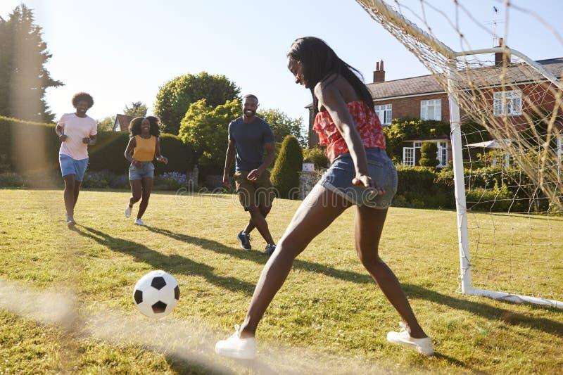 But d'économie de femme de couleur pendant un jeu du football dans le jardin images libres de droits