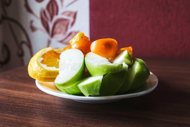 D'été toujours la vie des pommes, des kakis et des oranges photos libres de droits