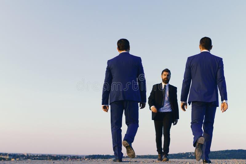 3d übertragen Führer haben Geschäftstreffen Geschäftsmänner mit überzeugten Gesichtern lizenzfreies stockbild