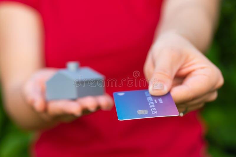 3d напечатало дом и кредитную карточку стоковое изображение
