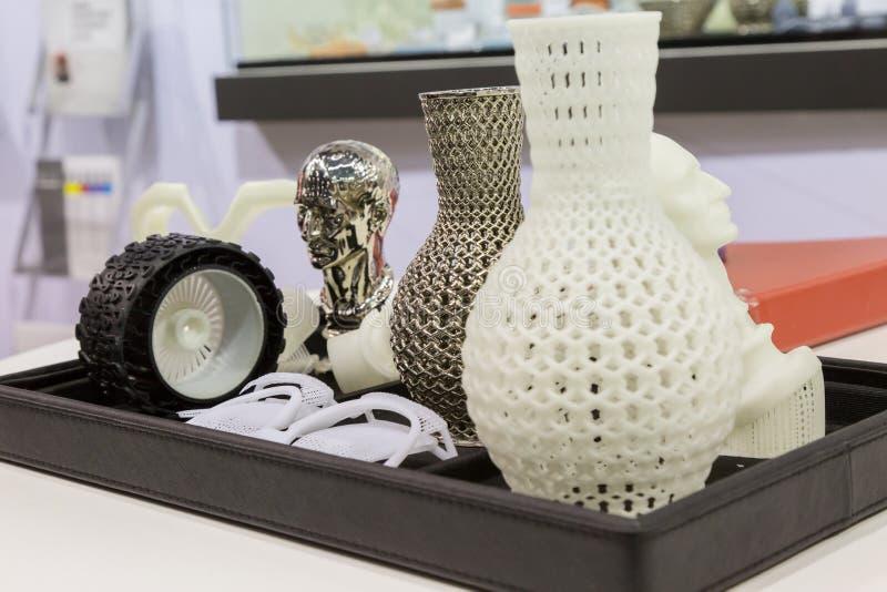 3d напечатало объекты на эпицентре деятельности технологии в милане, Италии стоковое изображение