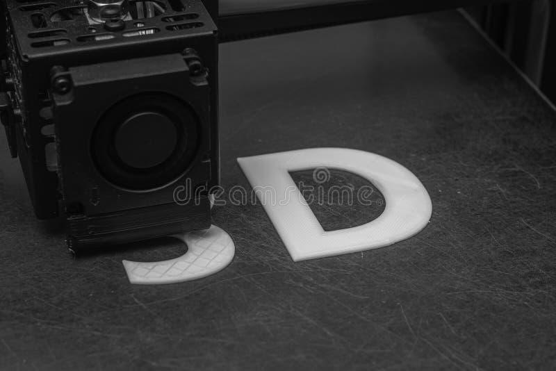 3D принтер печатает слово 3D с белой нитью PLA стоковое фото rf