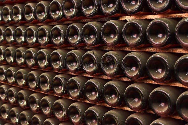 3d разливает модельное белое вино по бутылкам стоковые изображения