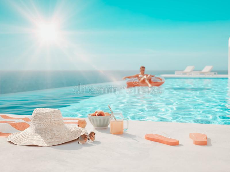 3D?? 与夏天辅助部件的现代豪华无限水池 向量例证