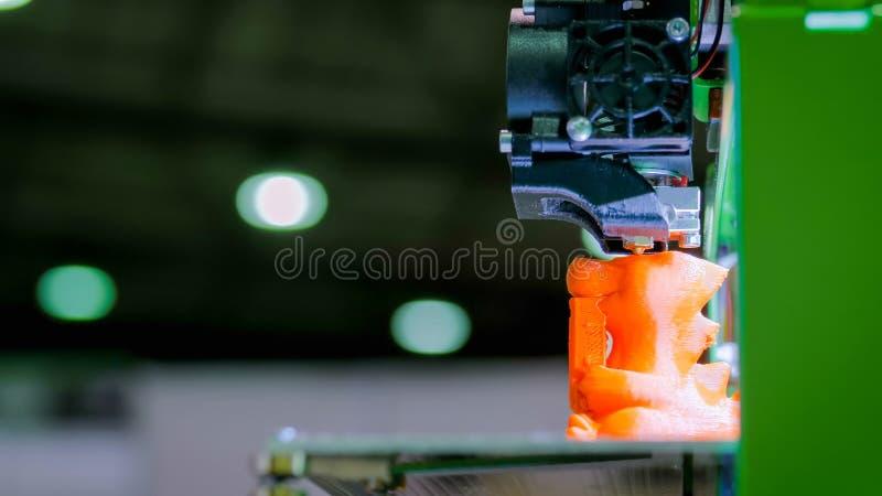 Автоматическая трехмерная машина принтера 3D печатая пластиковую модель стоковые фотографии rf
