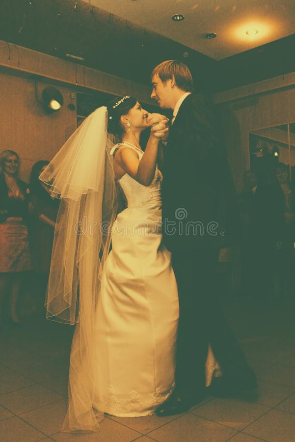 D'abord jeune mariée de danse photos libres de droits