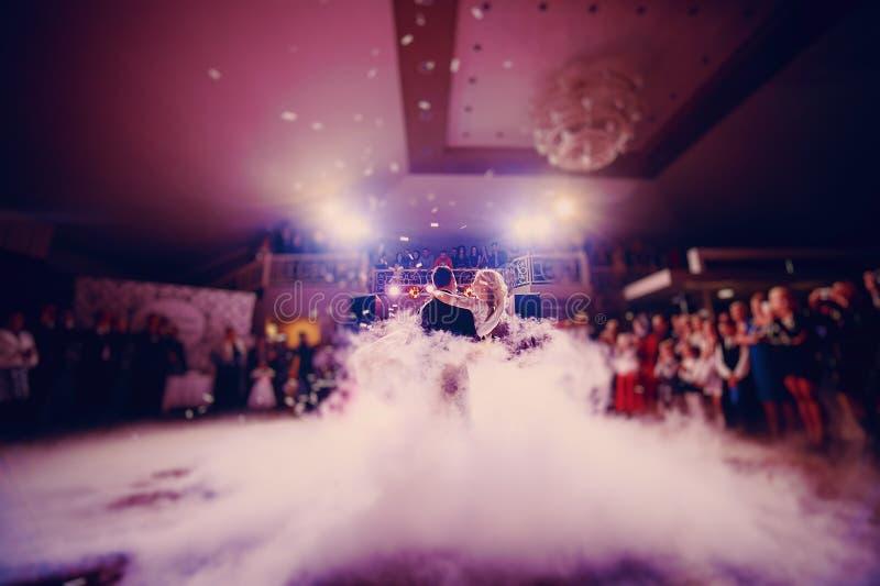 D'abord jeune mariée de danse dans un restaurant image libre de droits