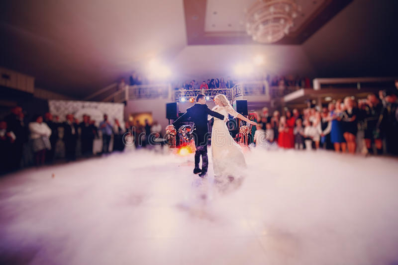 D'abord jeune mariée de danse dans un restaurant photo stock