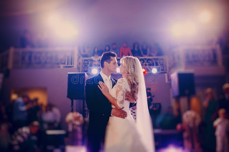D'abord jeune mariée de danse dans un restaurant photographie stock libre de droits