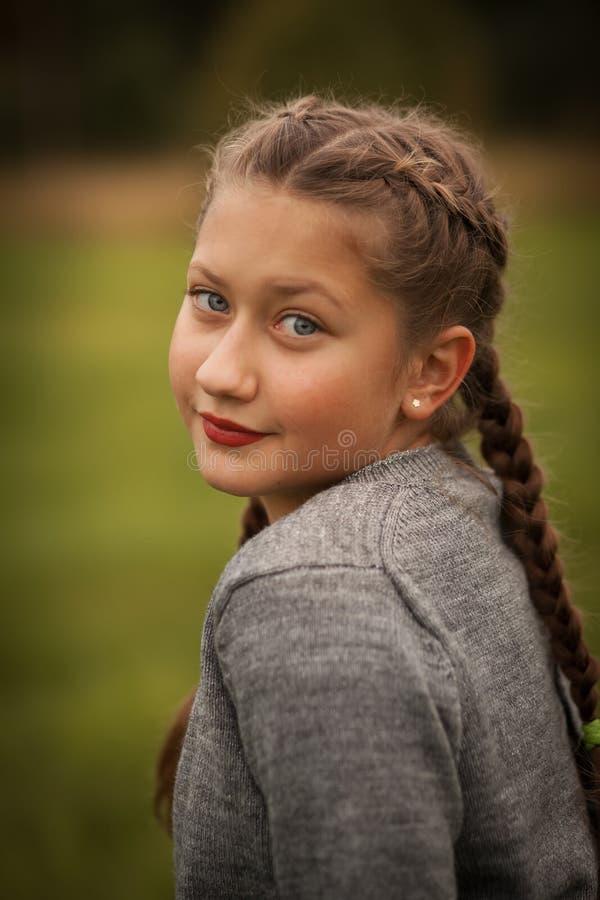 d'adolescent extérieur de fille photographie stock