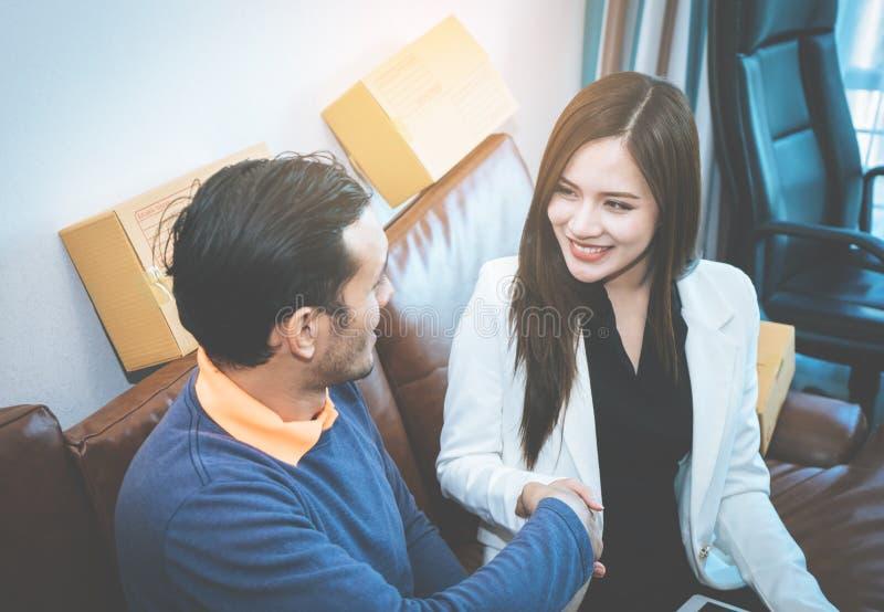 D'affaires d'homme sourire en ligne heureusement serrant la main avec le pair femelle image libre de droits