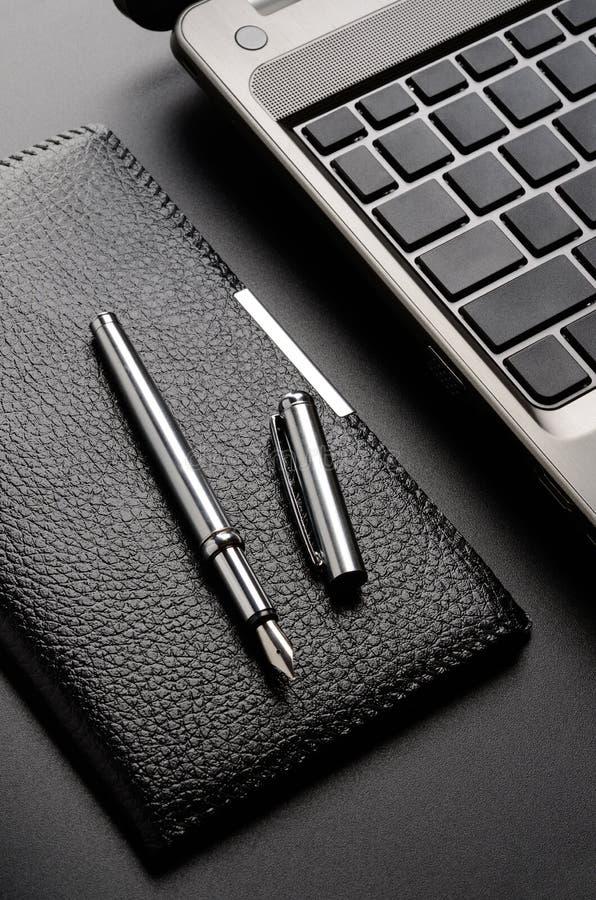 Ordinateur portable, porte-cartes, stylo-plume photos stock