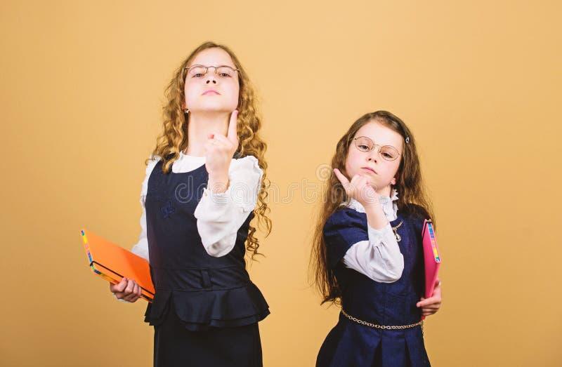 D?a agotador en la escuela Las muchachas ense?an alumnos De nuevo a escuela D?a del conocimiento Apruebe el examen La tensi?n cau foto de archivo