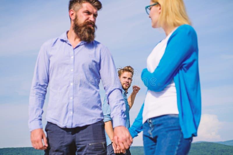 D'ami couples agressifs de tricheurs de sembler jaloux complètement L'homme a trouvé ou a détecté l'amie le tricher marchant avec photos stock
