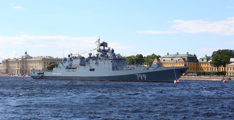 ` D'amiral Makarov de ` de bateau de patrouille dans le Neva photographie stock