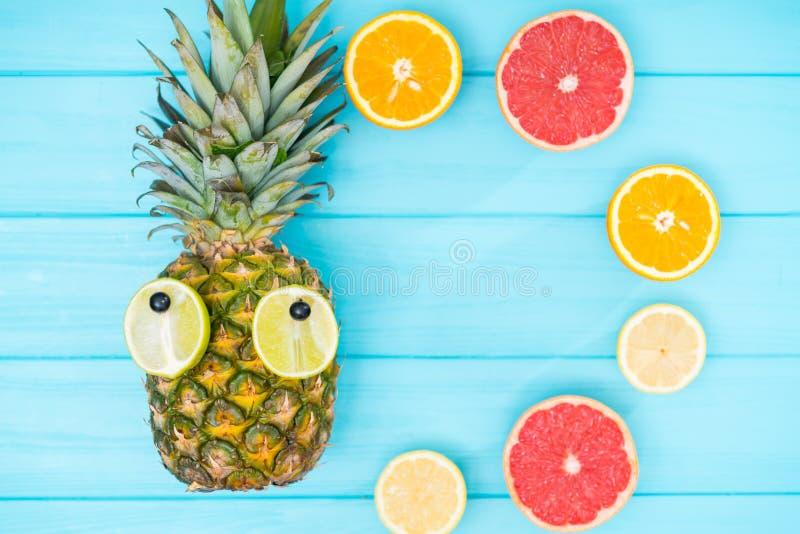D'amusement d'été de fruit toujours la vie avec un ananas photo libre de droits