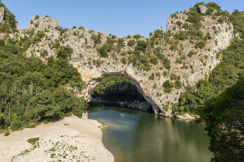 D'arc de Pont sobre el río Ardeche, Francia del sur foto de archivo libre de regalías