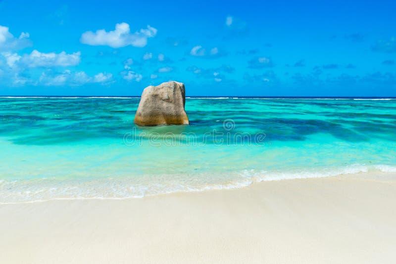 D'Argent Anse-Quelle - setzen Sie auf Insel La Digue in Seychellen auf den Strand stockfoto