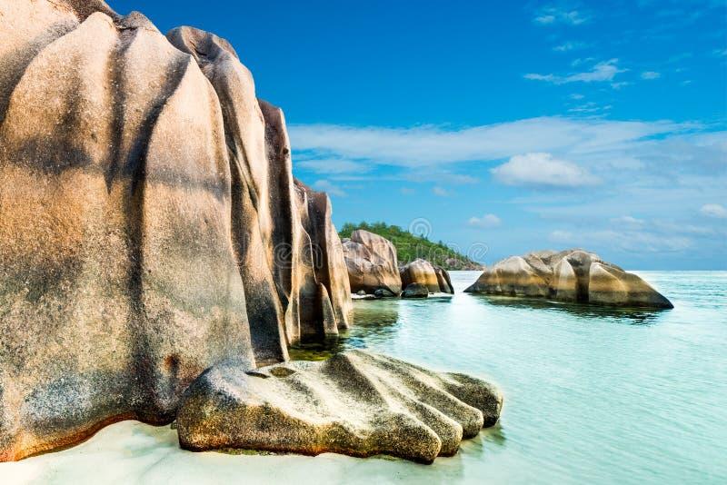 D'Argent Strand Anse Sous mit Granitflusssteinen stockbilder