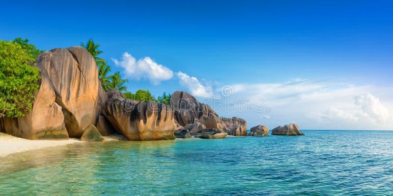 D'argent strand för Nse källa på ladigueön Seychellerna arkivfoton