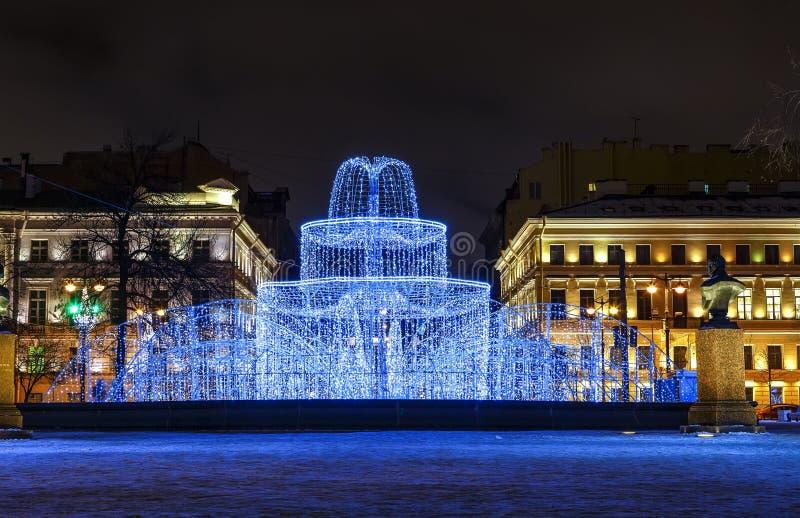 D?as de fiesta de invierno Decoraciones de la Navidad de la calle por la tarde Edificio del Ministerio de marina, fuente del invi foto de archivo