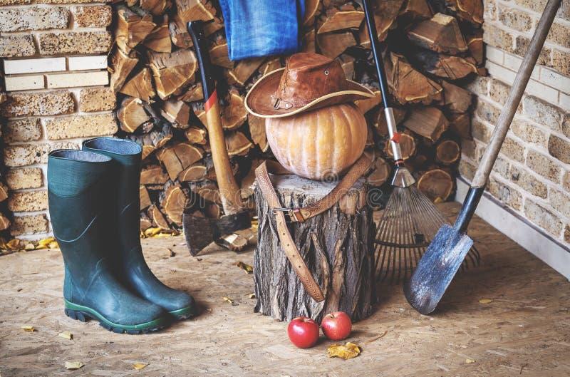 D'automne toujours durée Potiron, outil, bois, chapeau, bottes sur le porche image libre de droits