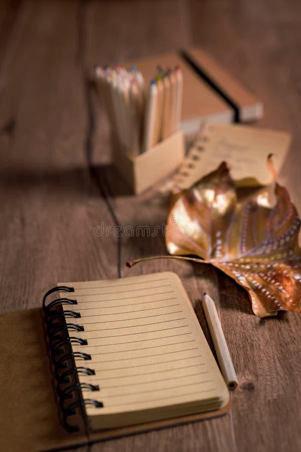 D'automne toujours la vie avec le carnet ouvert vide et la feuille sèche peinte image stock