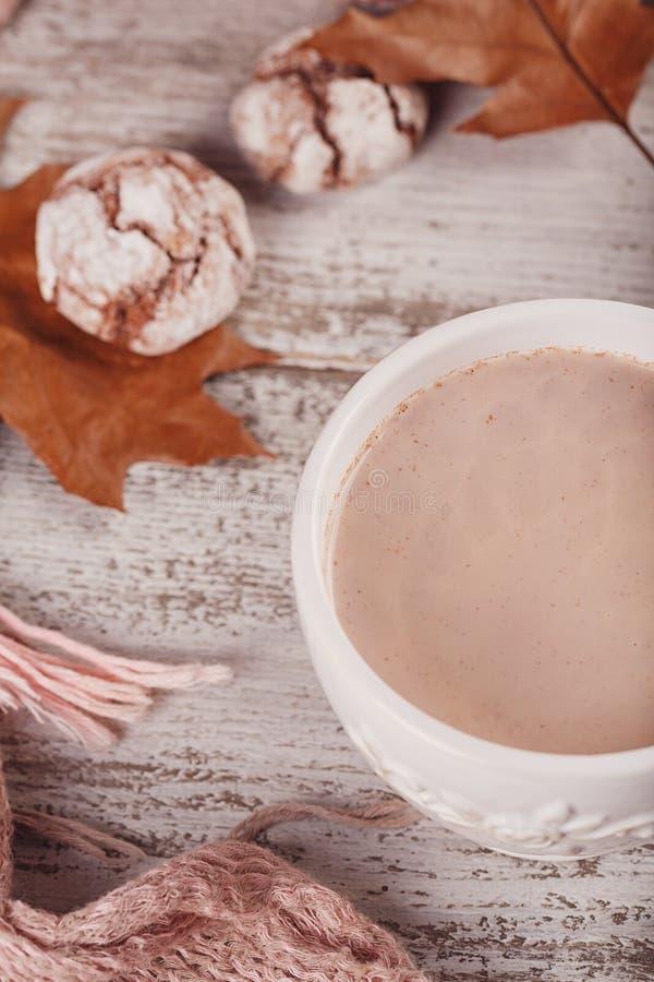 D'automne toujours la vie avec la tasse de biscuits de cacao et de chocolat photographie stock libre de droits