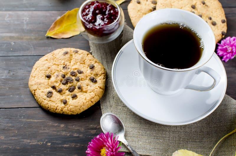 D'automne toujours la vie avec la tasse de thé, de biscuit et de feuilles photographie stock