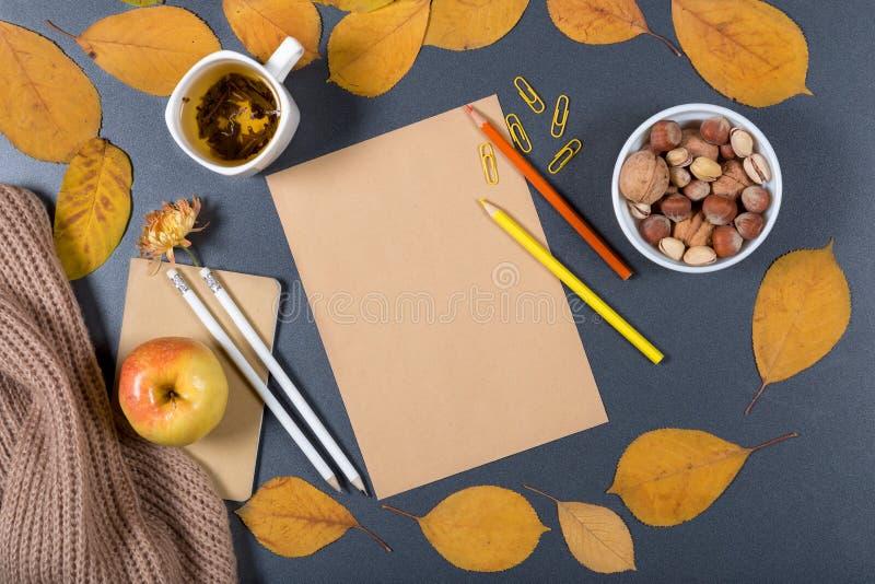 D'automne toujours la vie lumineuse Papier de métier de Brown, tondeuses jaunes, Co image libre de droits