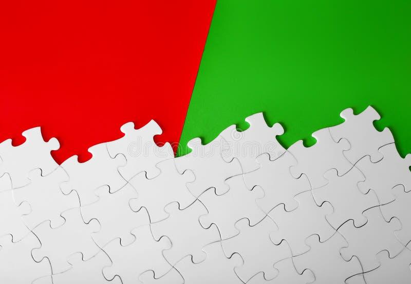 3D biel intryguje z chybianie kawałkami na czerwieni i zieleni tle royalty ilustracja