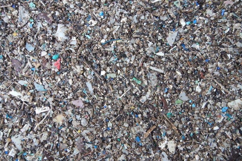 D?bris marins de plastiques micro sur la plage de sable photos libres de droits