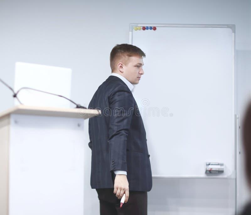 3d business dimensional presentation render shape three affärsmannen skriver en markör på brädet arkivbild