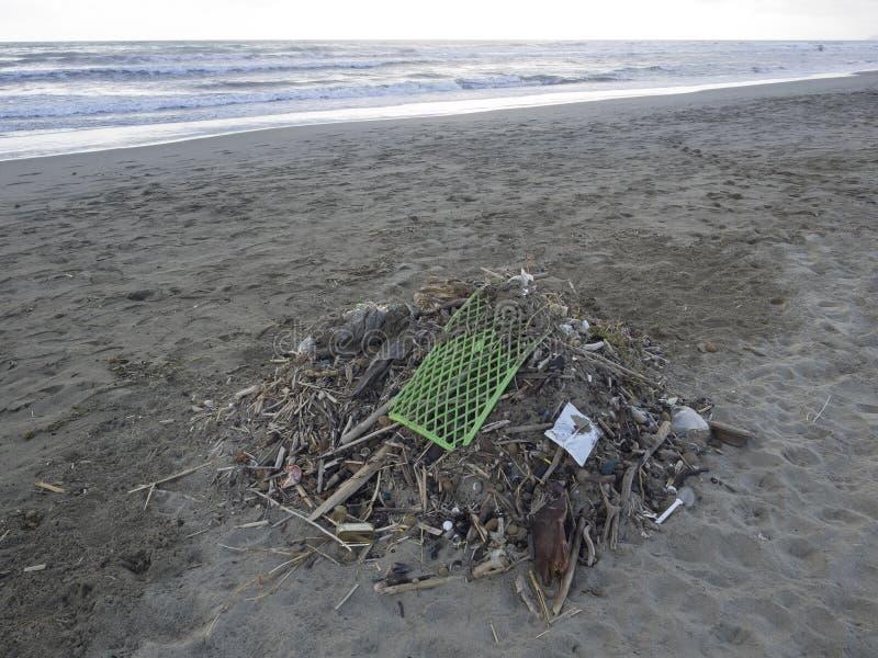 D?chets sur la plage : un bon nombre de pollution causante en plastique de mer image stock