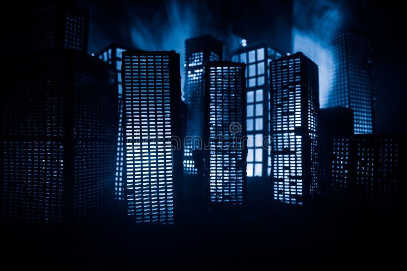 D?coration cr?ative de table d'illustration avec de petits b?timents de ville rougeoyant la nuit B?timents modernes de ville, lum photo stock