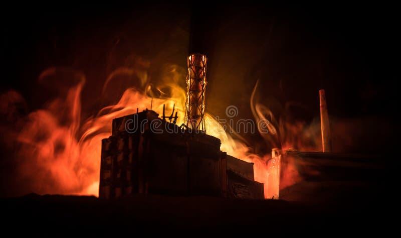 D?coration cr?ative d'illustration Centrale nucléaire de Chernobyl la nuit Disposition de station abandonnée de Chernobyl après r photos stock
