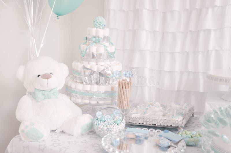 d?coration Gâteau mignon de couche-culotte pour une partie de fête de naissance photos libres de droits