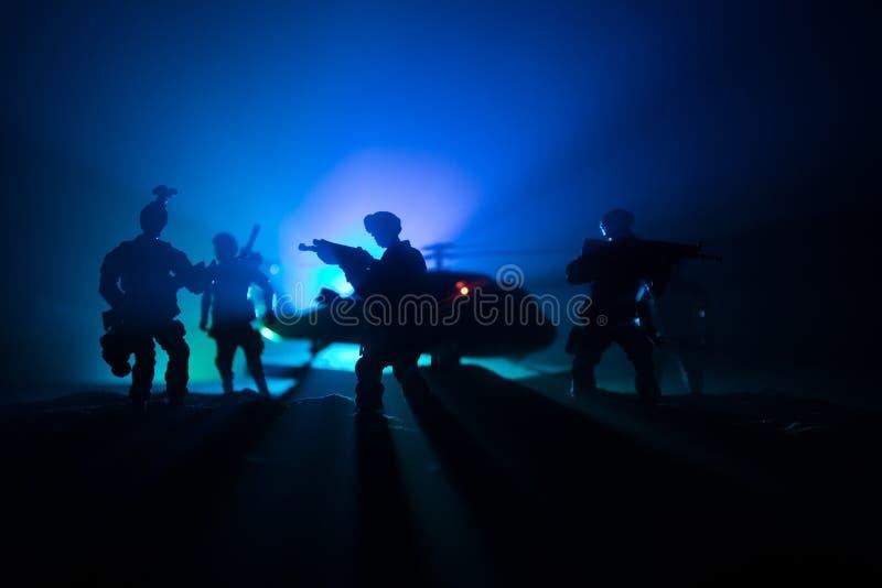 D?coration d'illustration Soldats dans le d?sert pendant l'op?ration militaire avec l'h?licopt?re de combat ou l'assaut d'h?licop photo stock