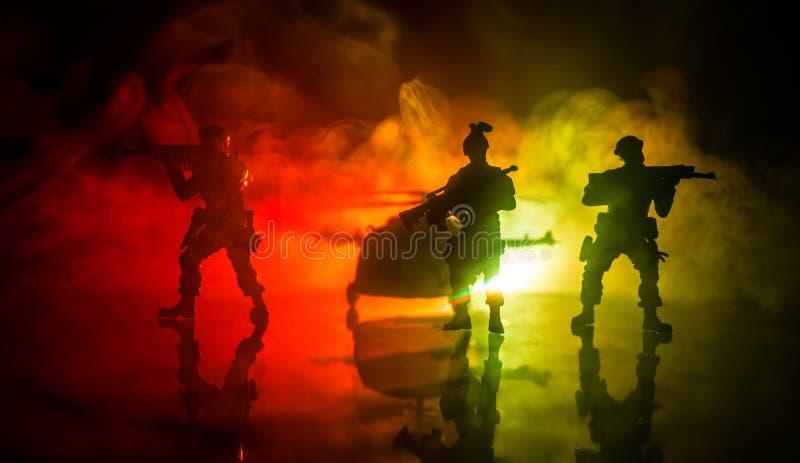D?coration d'illustration Soldats dans le d?sert pendant l'op?ration militaire avec l'h?licopt?re de combat ou l'assaut d'h?licop images libres de droits