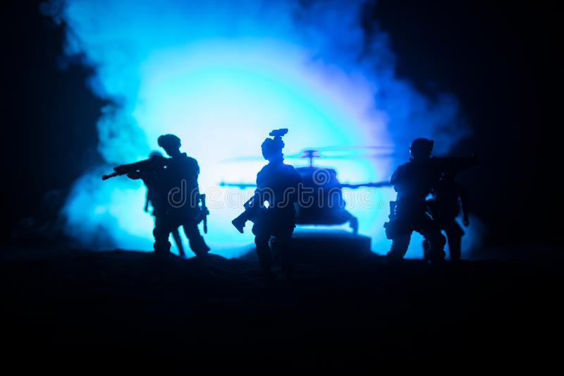 D?coration d'illustration Soldats dans le d?sert pendant l'op?ration militaire avec l'h?licopt?re de combat ou l'assaut d'h?licop image stock