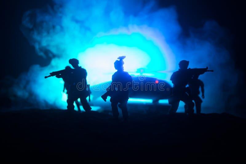 D?coration d'illustration Soldats dans le d?sert pendant l'op?ration militaire avec l'h?licopt?re de combat ou l'assaut d'h?licop photographie stock