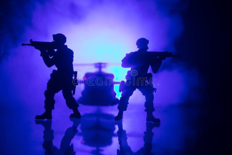 D?coration d'illustration Soldats dans le d?sert pendant l'op?ration militaire avec l'h?licopt?re de combat ou l'assaut d'h?licop images stock