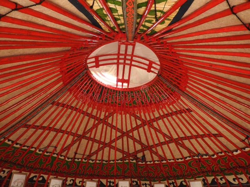 D?coration traditionnelle nationale du plafond et des murs du Yurt mongol Mod?les d'armure de cru La d?coration du Yurt image libre de droits